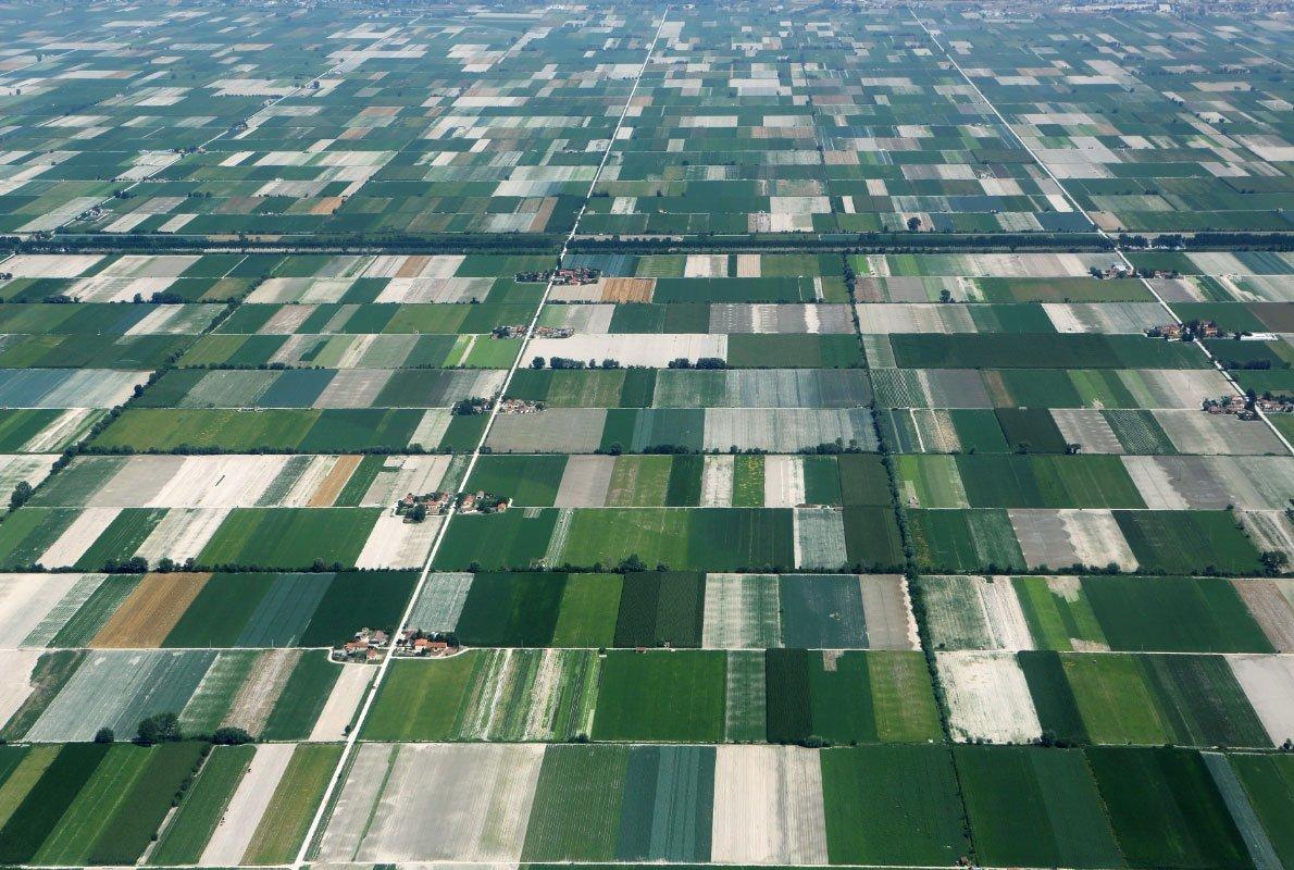 Campi coltivati nella Conca del Fucino (AQ), Abruzzo, Italia – Antropocene